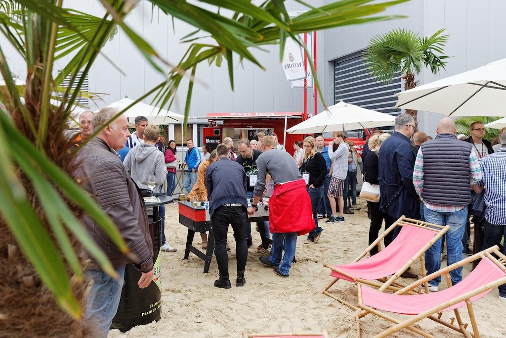 Nahe des Werkstors 3.1 sorgten frisch aufgeschütteter Sand und einige Palmen trotz des wechselhaften Wetters für einen Hauch von Strandgefühl beim Windmöller&Hölscher-Sommerfest.