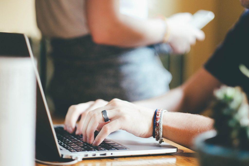Erstellung von Content am Laptop