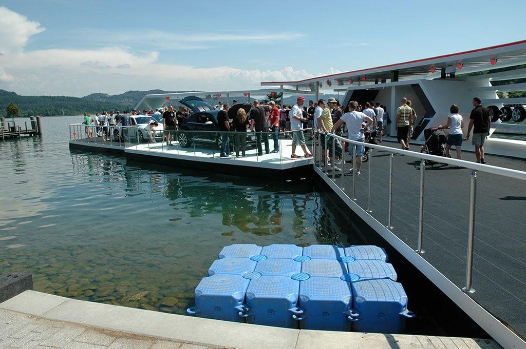 Schwimmende Eventbühne 35 Jahre GTI Wörthersee: Im Vordergrund die Schwimmelemente, von denen für diese Konstruktion circa 1500 Stück verwendet wurden.