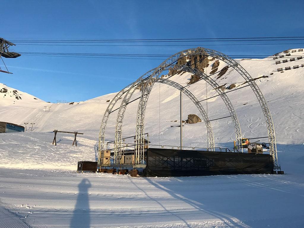 Rundbogenbühne im Schnee