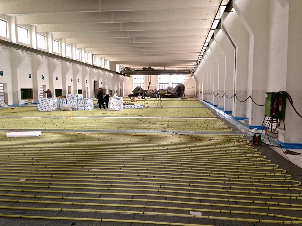 Um eventueller Fußkälte entgegen zu wirken, wurde in der gesamten Halle eine Fußbodenheizung installiert.