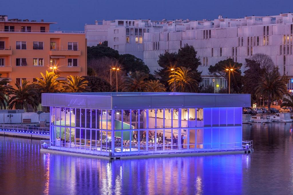 Ein auf Pontons schwimmender Eventbau im Hafen von Zadar.