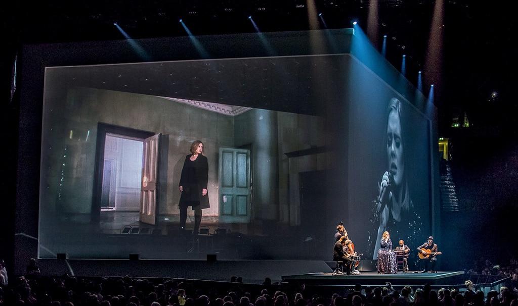Raffbarer Gobelintüll als Projektionsfläche auf der Adele-Tourproduktion