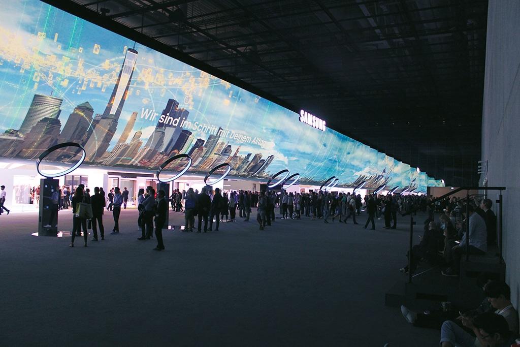 Projektionsfolie 10 x 56 Meter auf einem Messestand von Samsung.