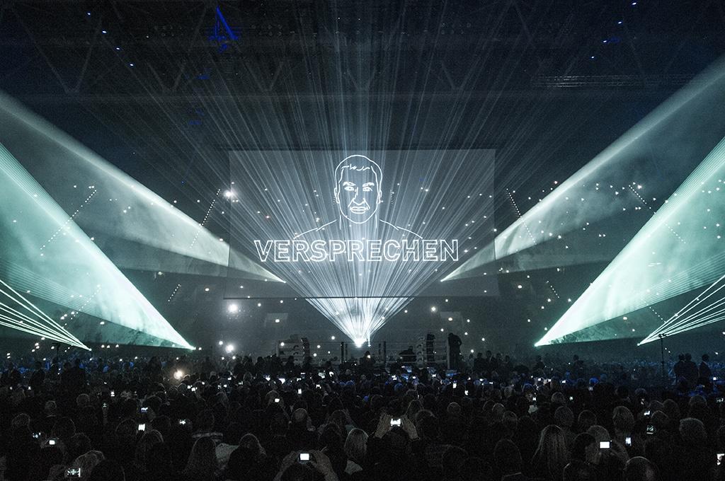 Gobelintüll als Projektionsfläche für eine Lasershow.