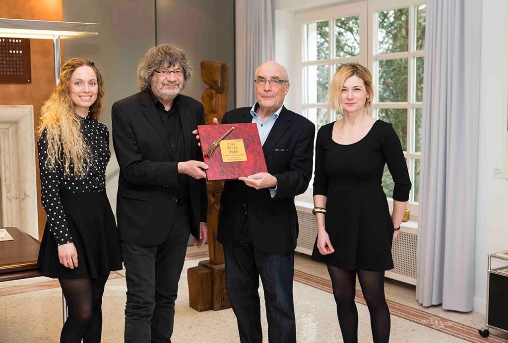 Der glückliche Gewinner Vok Dams (2.v.r.) umringt von der EVENT PARTNER-Redaktion: Sylvia Koch , Dr. Walter Wehrhan und Martina Gawenda (v.l.n.r.)