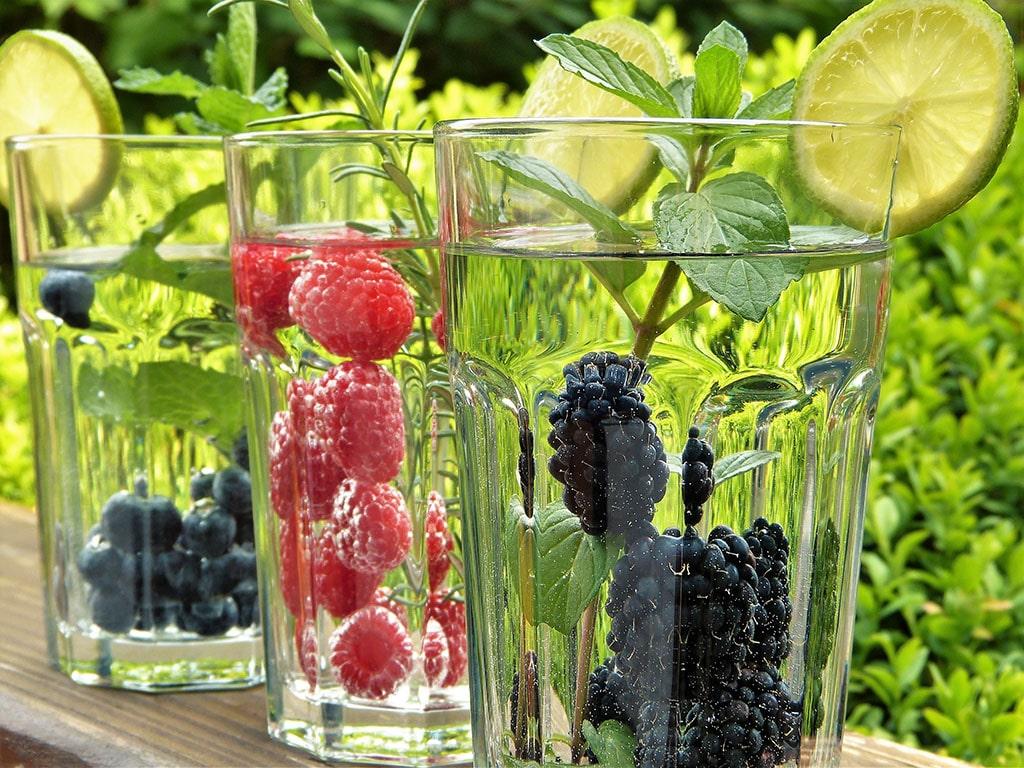 Beeren im Wasser / im Wasserglas
