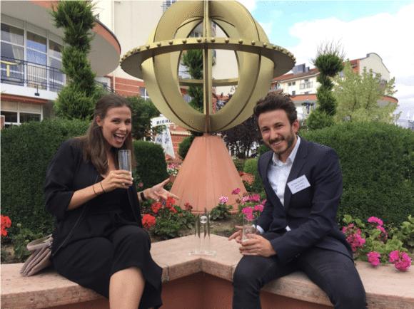 Elisabeth Fritz und Stefan Biederer, beide Event Manager bei planworx, sind stolz auf den Team Award.