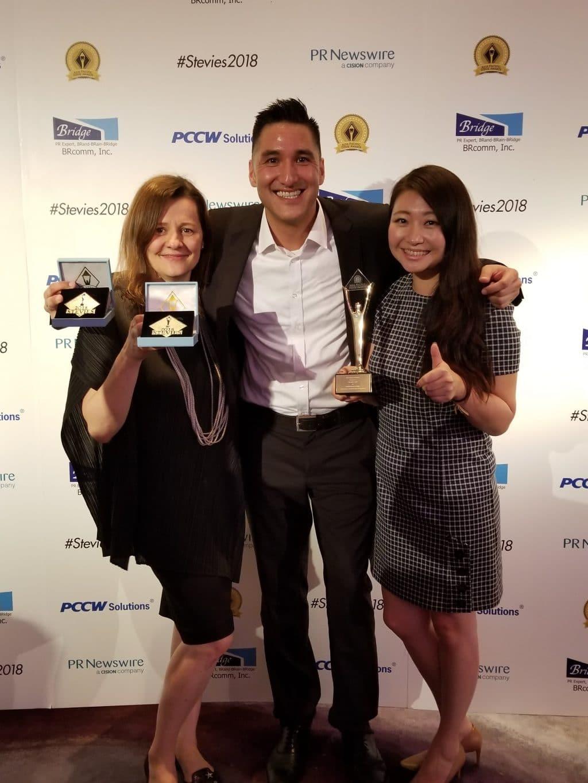 Alexandra Gaspar, Dominik Soemantri und Anika Tang bei den Stevie Awards.
