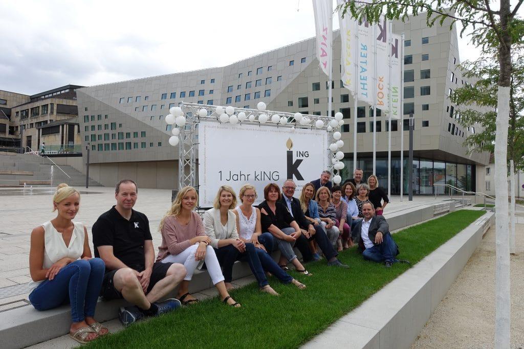 Das Team der IKuM GmbH freut sich über den 1. Geburtstag der kING Kultur- und Kongresshalle Ingelheim.