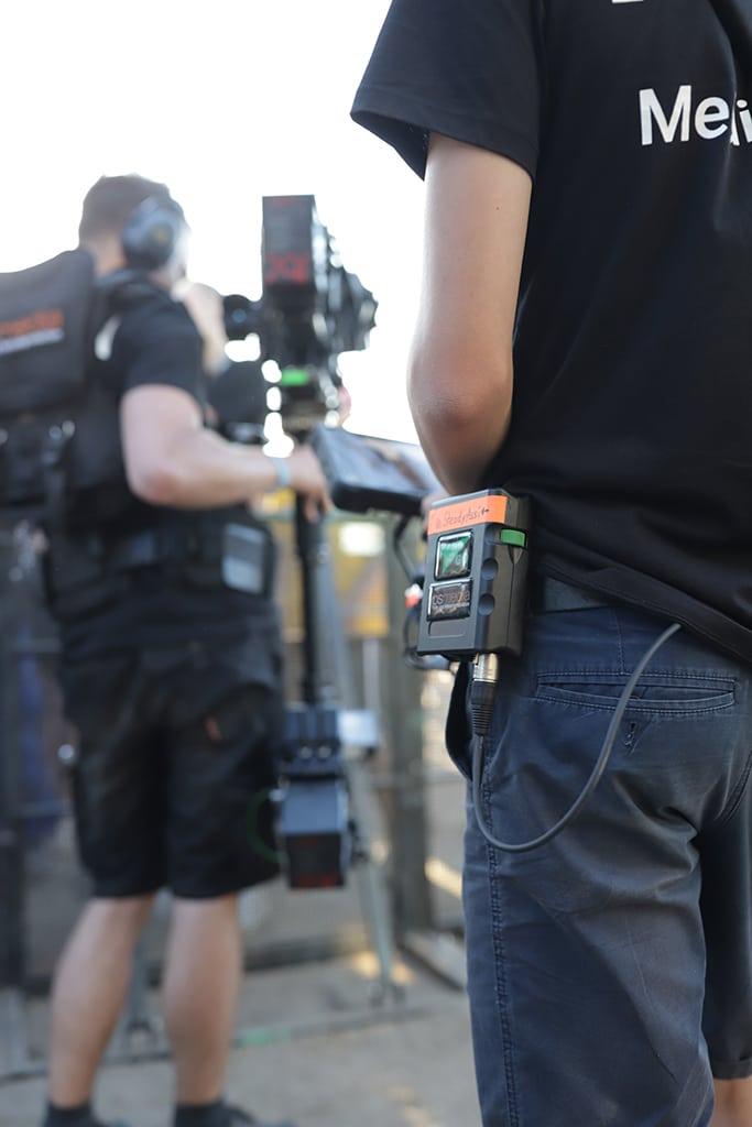 Die Kameramänner tragen das Green-GO