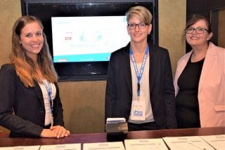 Beim Fachsymposium des Neukunden CP GABA GmbH begrüßte das face-to-face-Team die zahlreichen Teilnehmer: Ronja Visser, Junior Project Manager, Stephanie Steiger, Project Manager, Petra Huxholl, Director Procedures & Standards (v.l.).