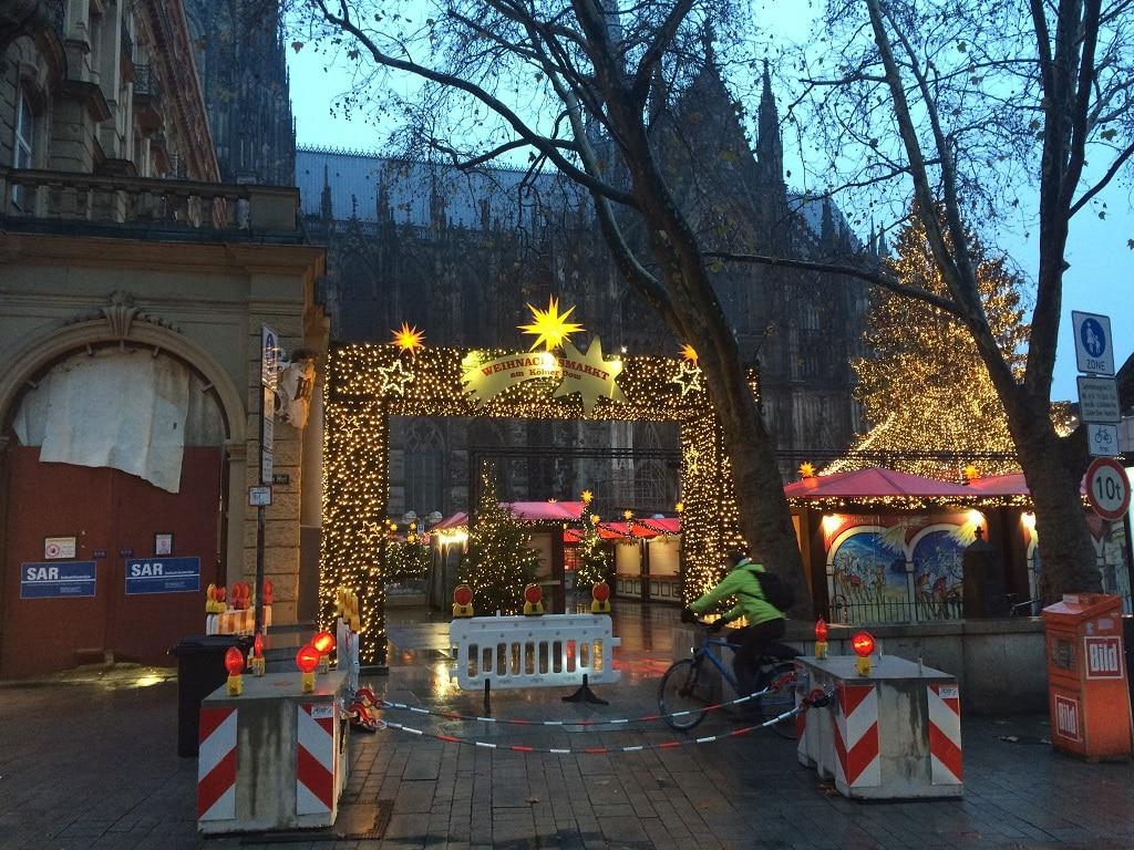 Betonsperren am Eingang zum Kölner Weihnachtsmark 2017