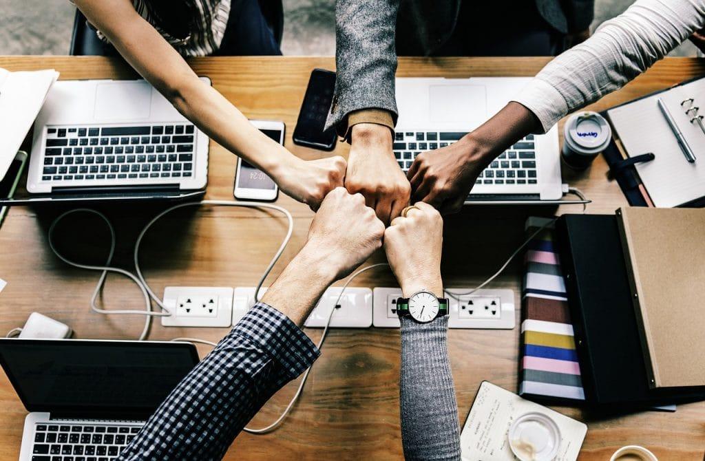 Team-Teamwork-zusammen-Laptop