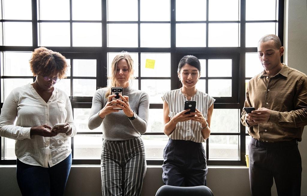 Gruppe mit Smartphones