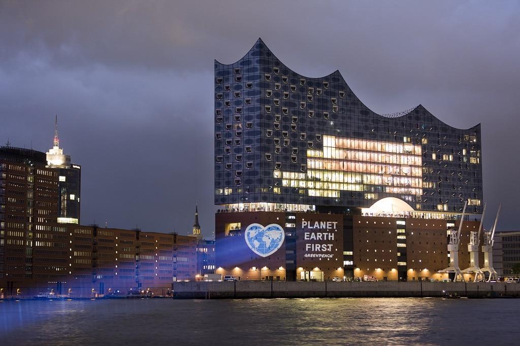 Planet Earth First Projektion auf die Elbphilharmonie in HamburgKlima Projektion auf die Elbphilharmonie in Hamburg