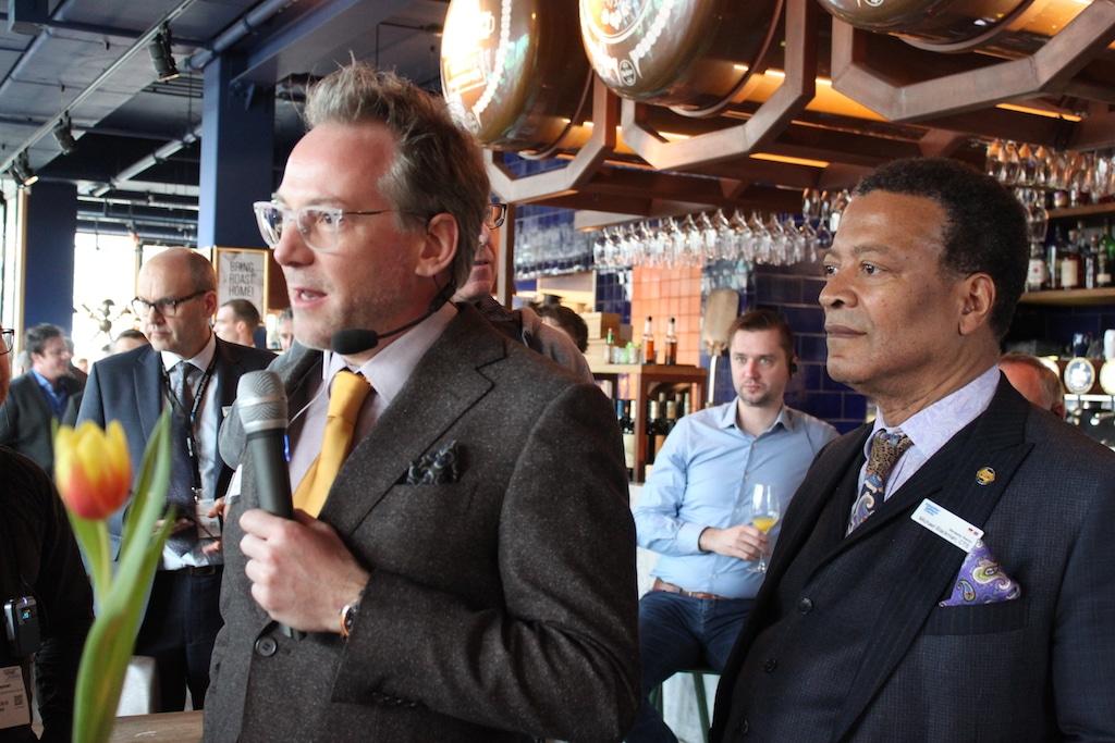 Tour Guide Matt Finke (l.) und Mike Blackman, Managing Director der ISE, bei der Begrüßung