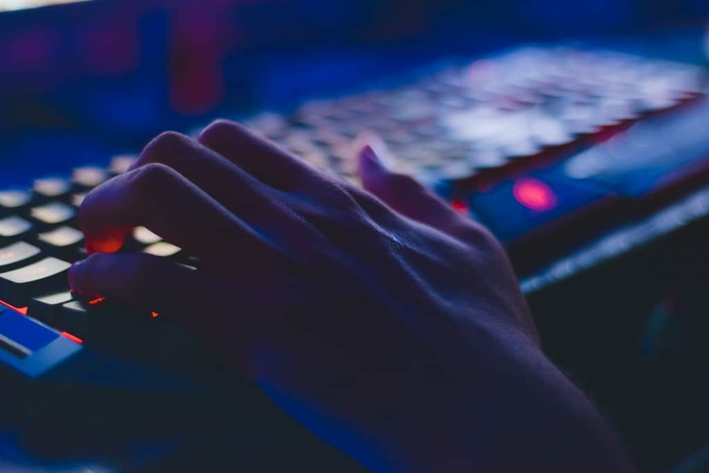Hand-Tastatur-Computer-PC-digital-online-Sicherheit-IT