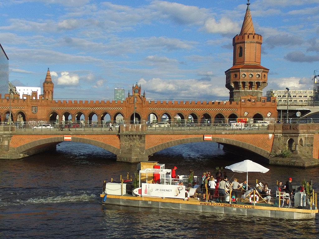 Floating Beach Club auf der Berliner Spree