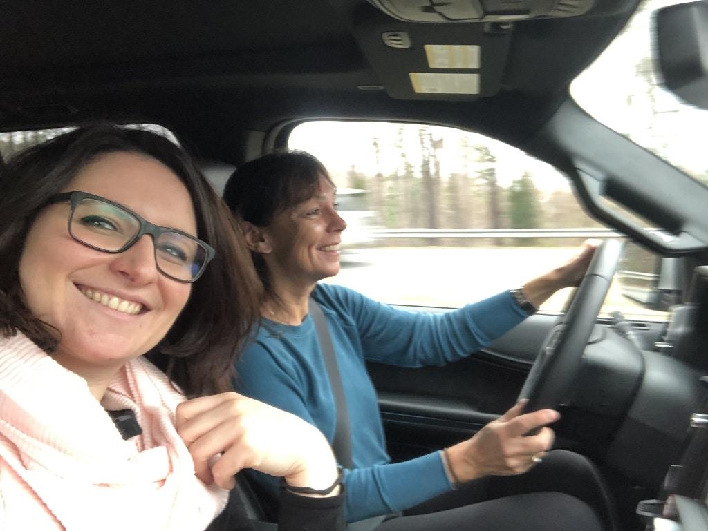 Irma Neweling und Silke O'Brien auf Roadtrip im Auto