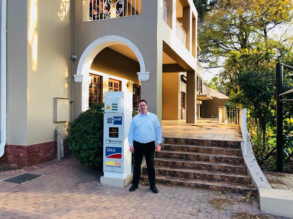 Oliver Maître, Geschäftsführer Vertrieb bei Guest-One, vor dem Standort der Deutschen Industrie- und Handelskammer für das südliche Afrika in Johannesburg