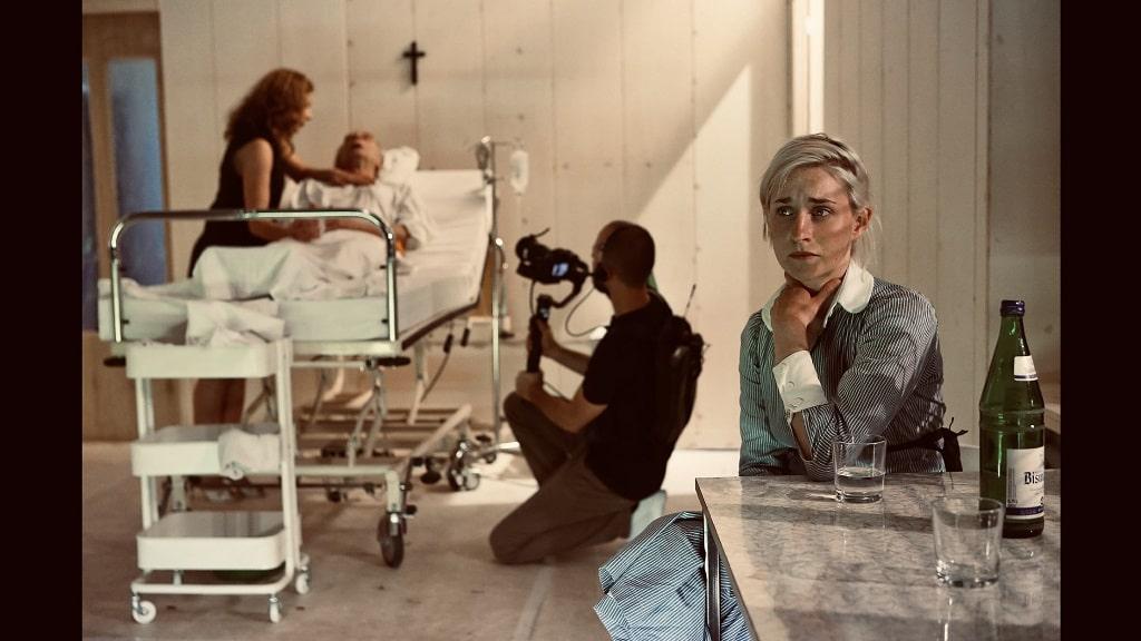 """Inszenierung """"Die Parallelwelt"""": Es wurde an zwei Orten, Berlin und Dortmund, gleichzeitig gespielt, mit jeweils zwei Kameras gefilmt und die Bilder in Echtzeit auf die jeweils andere Bühne übertragen."""
