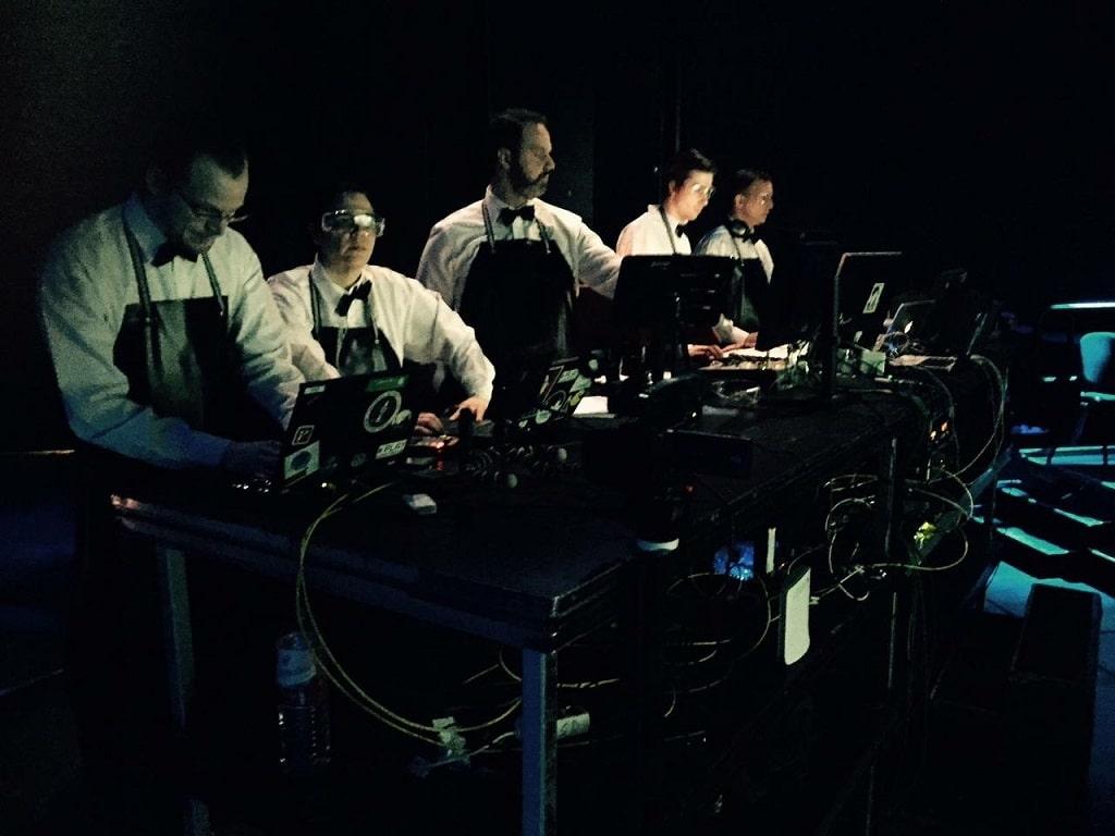 """Die Technik-Crew der Inszenierung """"4.48 Psychose"""" in der Regie von Kay Voges; die Technik wurde nicht versteckt, sondern war während der ganzen Inszenierung für das Publikum sichtbar."""