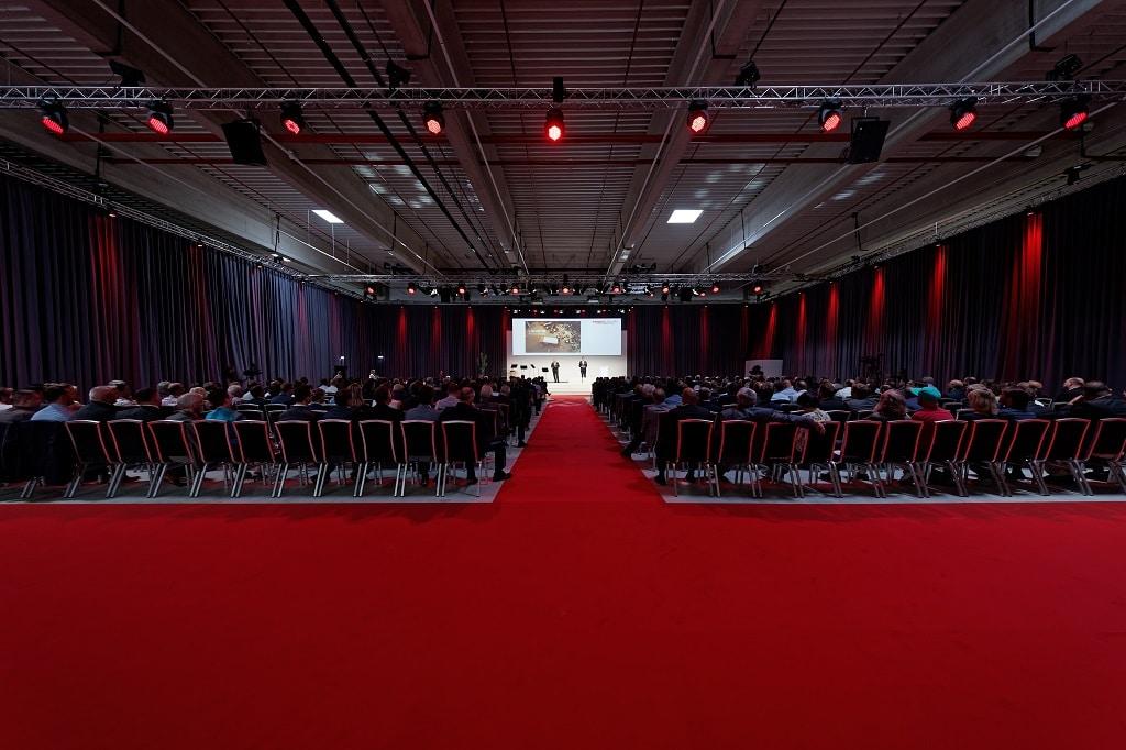 Rund 400 Gäste fanden sich anlässlich der Eröffnung auf einer zur Event-Location umgestalteten Lagerfläche im 3. Obergeschoss des Neubaus ein. Wesentlicher Bestandteil der atmosphärischen Lichtgestaltung waren JB-Lighting A12-Washlights.