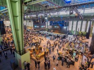 """Aus dem ehemaligen Flughafen Tempelhof und dem Hangar 5 und 6 wurde bei der SAP NOW 2019 für 72 Stunden eine Welt der Inspiration und Interaktion. 2020 findet die Veranstaltung in """"The Station"""" in Berlin statt"""