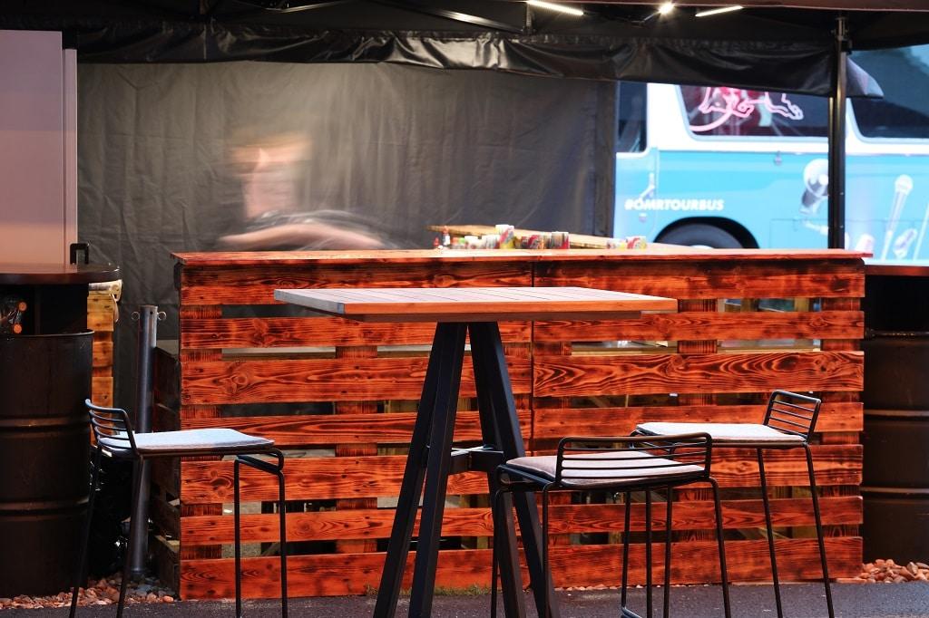 Überzeugende Kombi: Hee-Barhocker und Bristol-Tisch mit Naturholzoptik