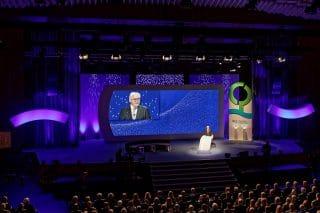"""Bühnenbild mit Bundespräsident: Frank-Walter Steinmeier hielt in Mannheim eine lebhafte Rede. Ein markantes Ge-staltungsmerkmal war die so genannte """"Preisstele"""""""