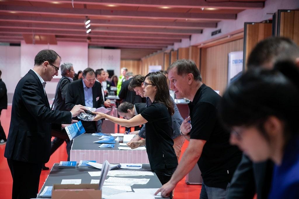 Silent-Conference-Technik: Ausgabe der Kopfhörer und Infrarot-Empfänger an einen der insgesamt 1.000 Teilnehmer