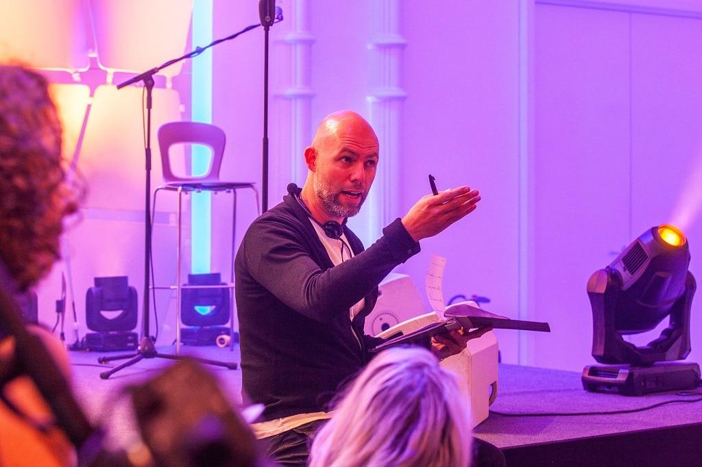 Marco Dittrich brieft die Laudatoren beim Grimme Online Award 2018.