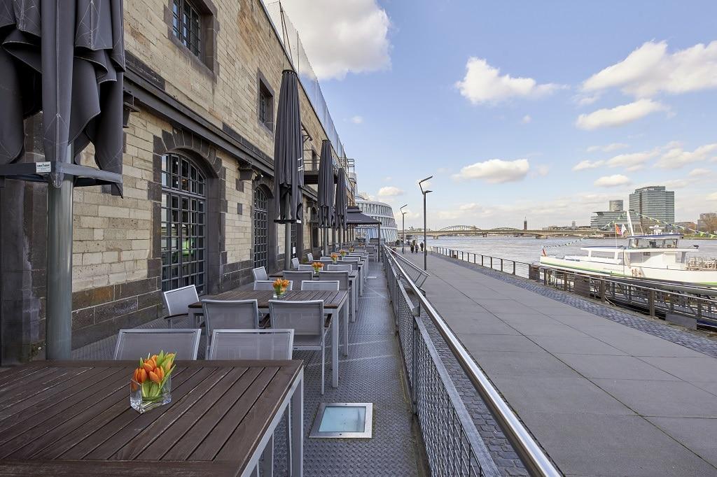 Terrasse des deutschen Sport & Olympia Museums mit Blick auf den Rhein