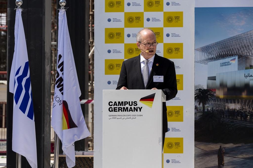 Dietmar Schmitz, Generalkommissar Deutscher Pavillon EXPO 2020 Dubai, während seiner Ansprache vor geladenen Gästen und Partnern zum Richtfest des Deutschen Pavillons EXPO 2020 Dubai.