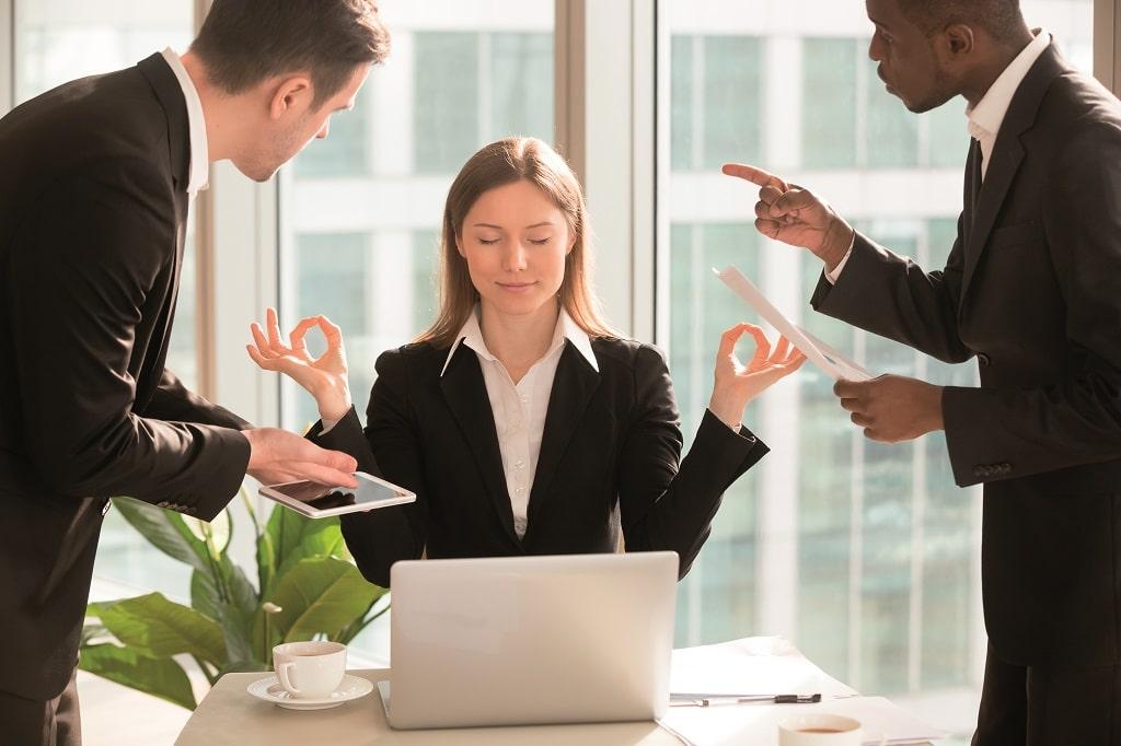 Entspannung-Resilienz-Stress-Arbeit-Büro-Kollegen