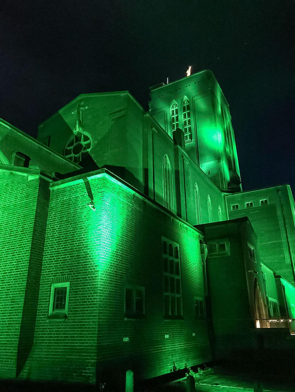 Grün illuminierte Guildford Cathedral