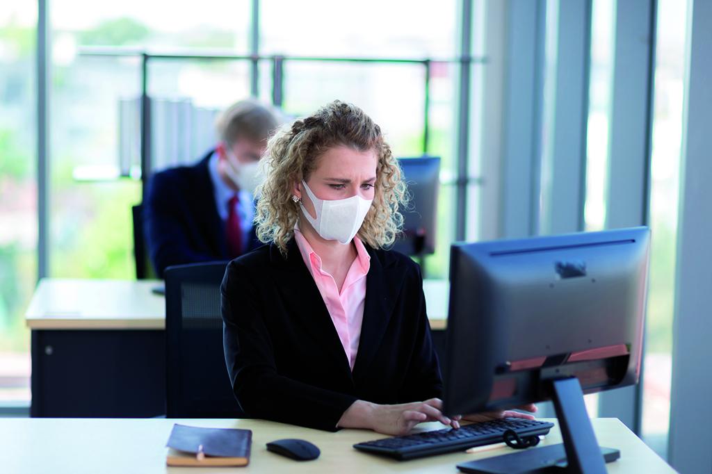 Frau-Maske-Mund-Nasen-Schutz-Büro-Arbeiten-Pandemie-Corona