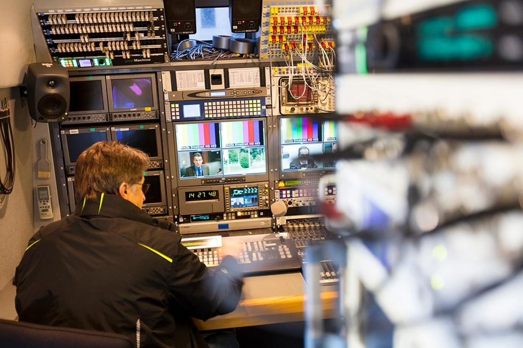 Arbeitsplatz in einem Satellite-News-Gathering (SNG) Fahrzeug