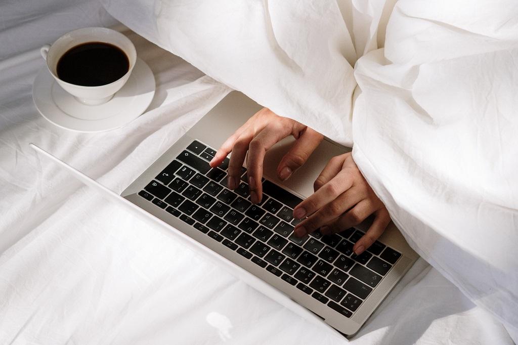 Hotelzimmer_Laptop_Decke