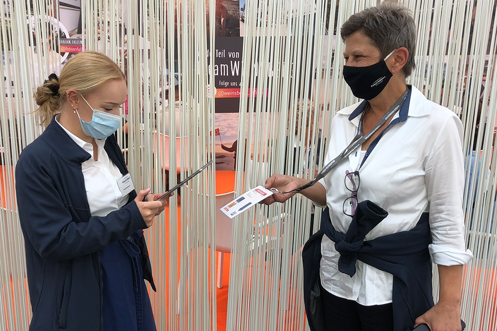 Shirley Libii, Leitung Messen & Events bei der Knaus Tabbert AG (rechts), beim QR-Code-Check am Eingang zum Messestand
