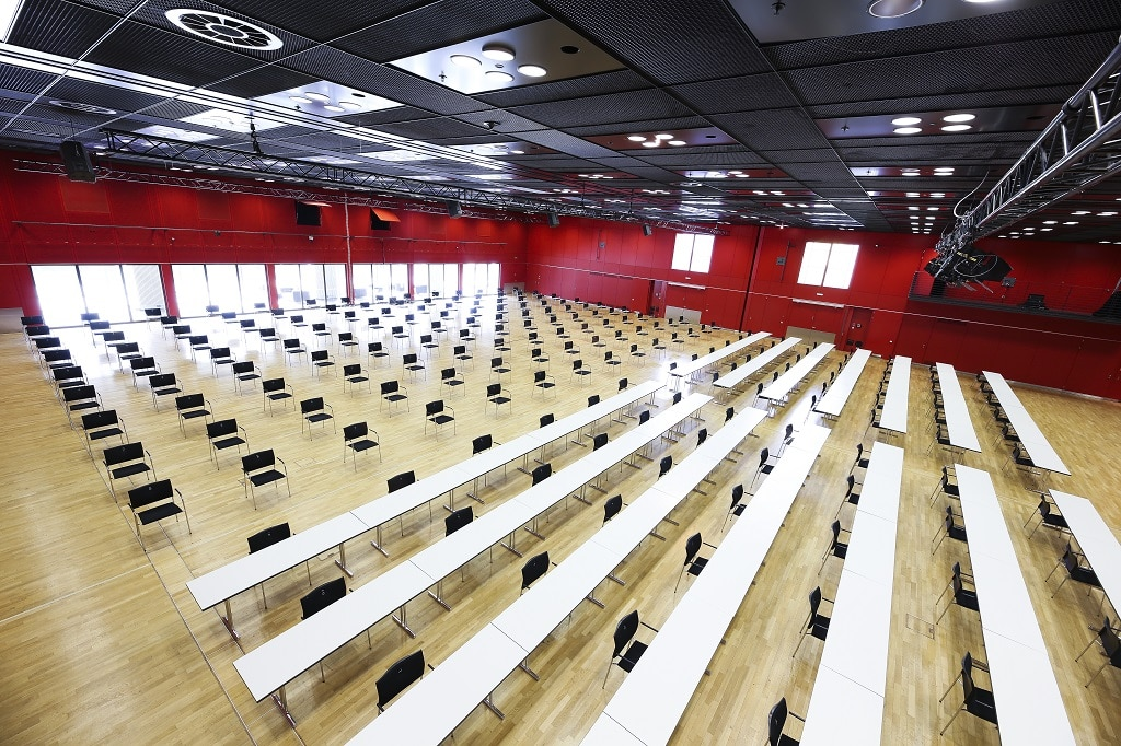 Im Gutenbergsaal der Mainzer Rheingoldhalle werden Personendichten mit adäquater Bestuhlung reduziert.