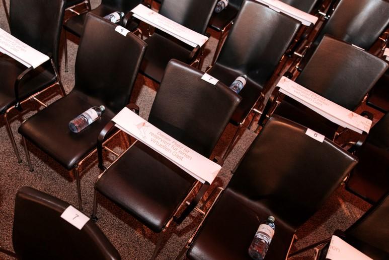 Sitzordnung mit einem Mindestabstand von einem Meter