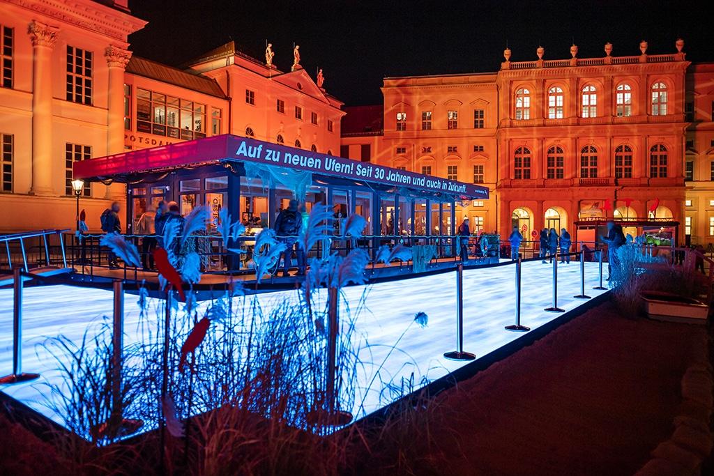 EinheitsEXPO: Ausstellungs-Cube des Landes Brandenburg samt beleuchtetem LED-Teich