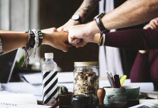 teamwork-hand-arbeitsplatz-business-gemeinsam