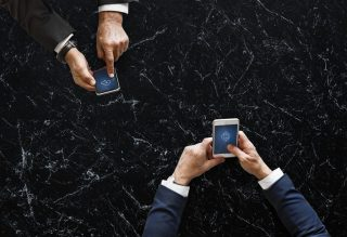 Business-Smartphone-digital-Granit-Anzug