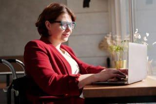 Booking-Laptop-Arbeit-Frau