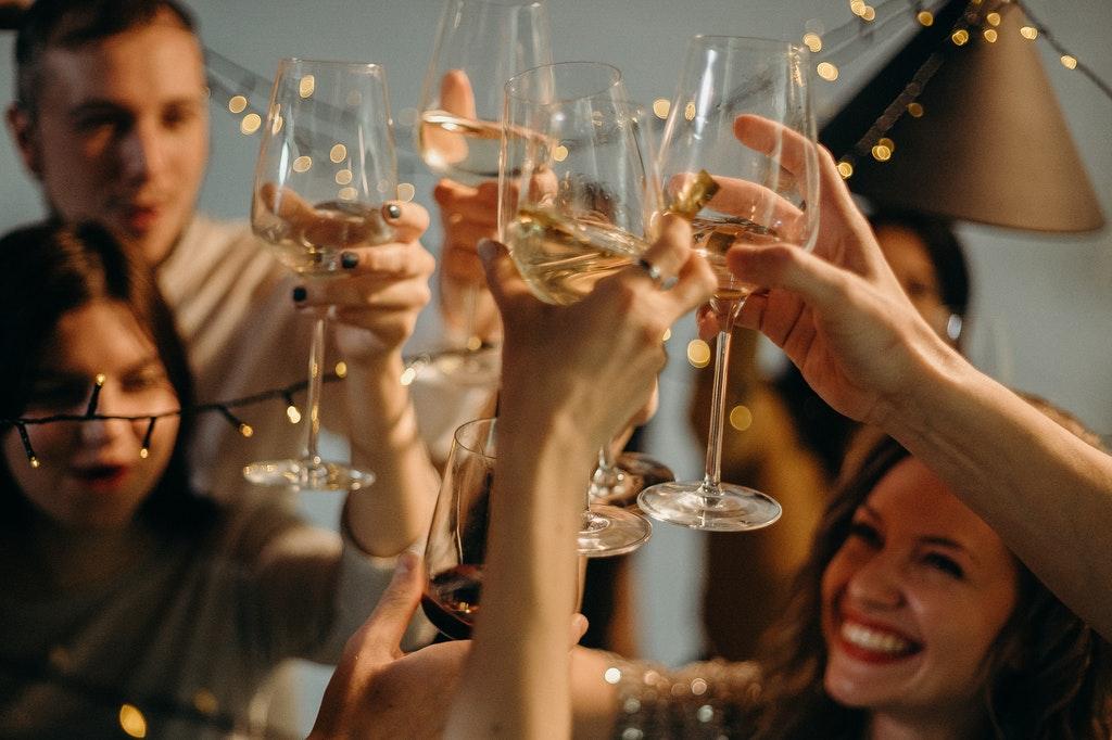 Incentive-Party-Feier-Wein-Anstoßen-Freude-Compliance