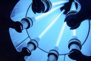 Blick in eine UV-C-Luftentkeimungsröhre mit sechs aktiven Röhren