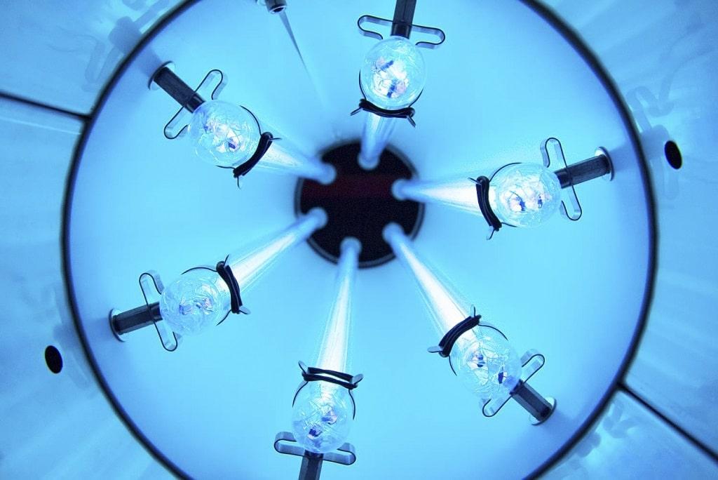 Blick in eine UV-C-Luftentkeimungsröhre mit sechs aktive Röhren